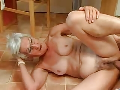 Insatiable Granny Just Loves 10-Pounder !